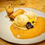 שף פרטי עידן רון - בננה לומפייה עם מעטפת דף אגרול, קראנץ׳ אגוזים, קרמל קנמון וגלידת הל