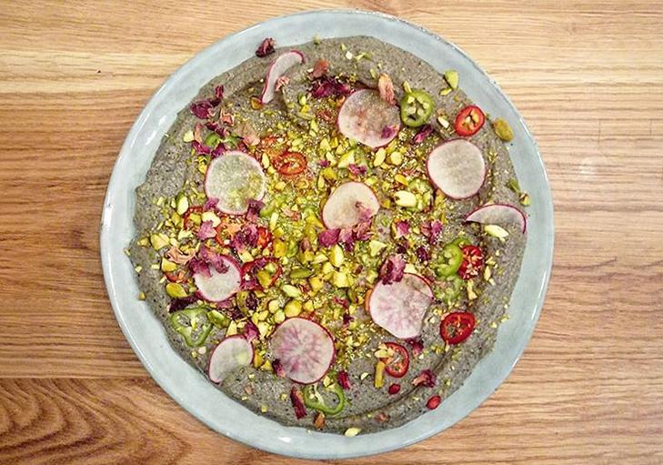 מנת שף - חציל שרוף עם טחינה, פיסטוקים, יוזו, שמן כמהין ופלפלים חריפים