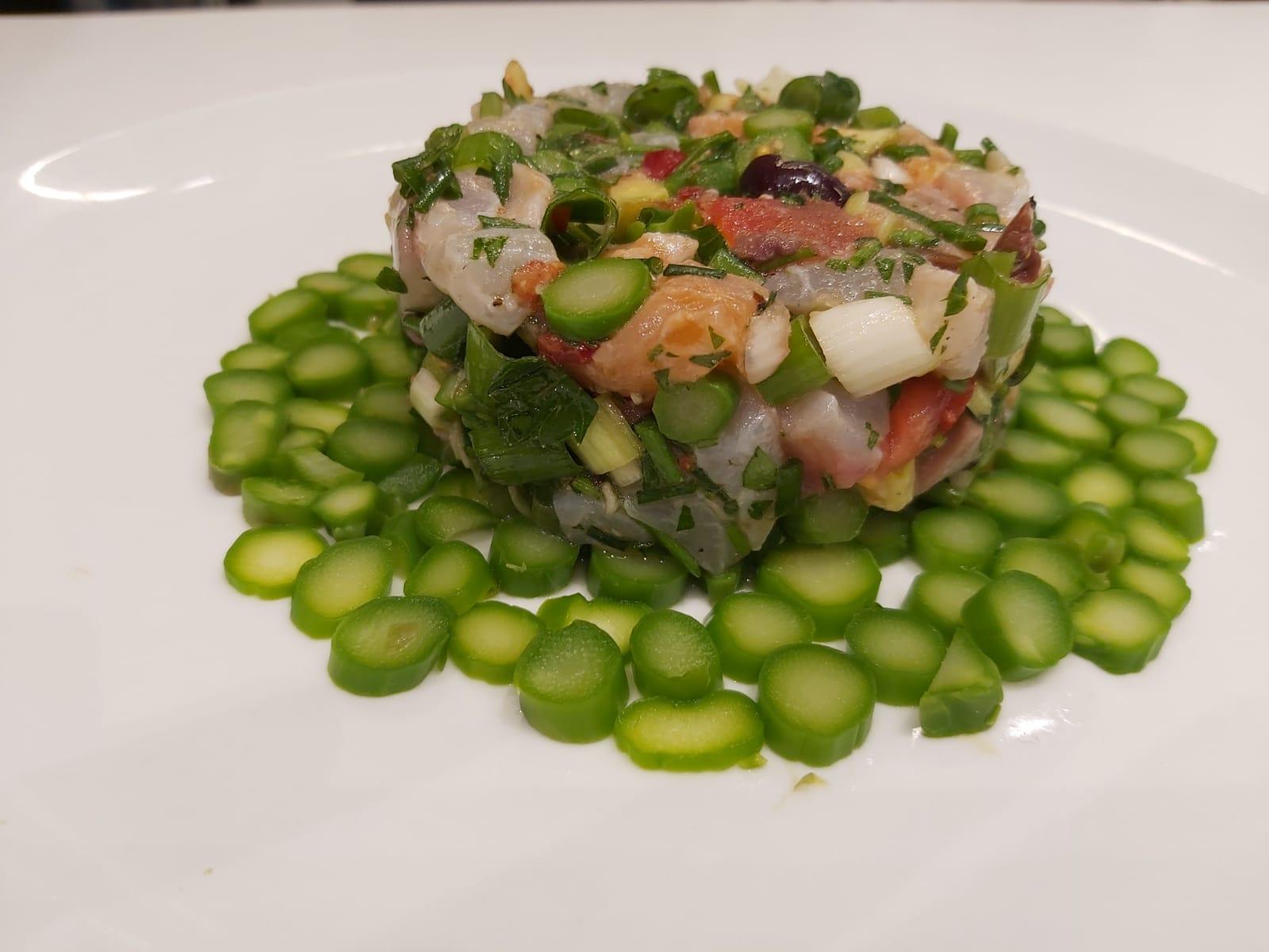 חיים סלומון שף פרטי - טרטר דג עם עיגולים ירוקים מסביב