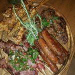 שף פרטי תומר חקנזר - לחת עשירה בבשרים קבבים, פרגיות, חתיכות אנטריקוט ונקניקיות מרגז