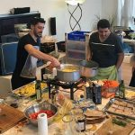 שף פרטי מאור נתן - השף מאור נתן וצוות העובדים בזמן הבישולים