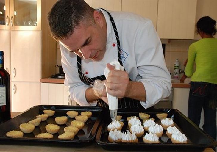 שף פרטי שלומי שלו - שלומי שלו מכין קינוח מתוק בסנדת סושי